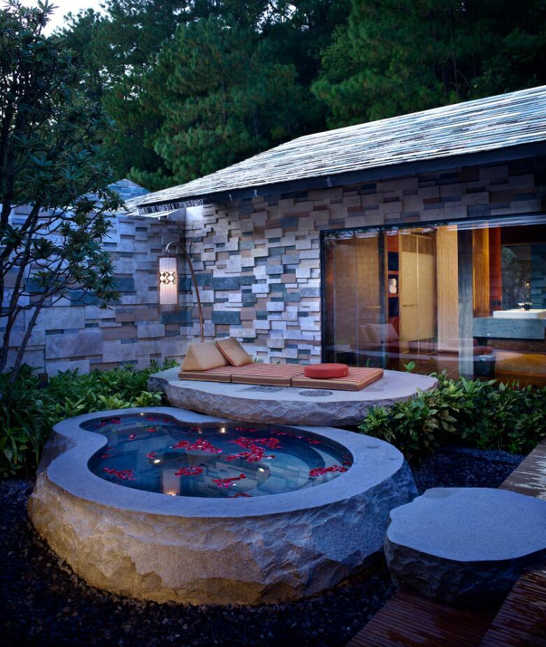 首页 石头纪酒店  分享到:    168平方米,为花园庭院温泉高级独栋别墅